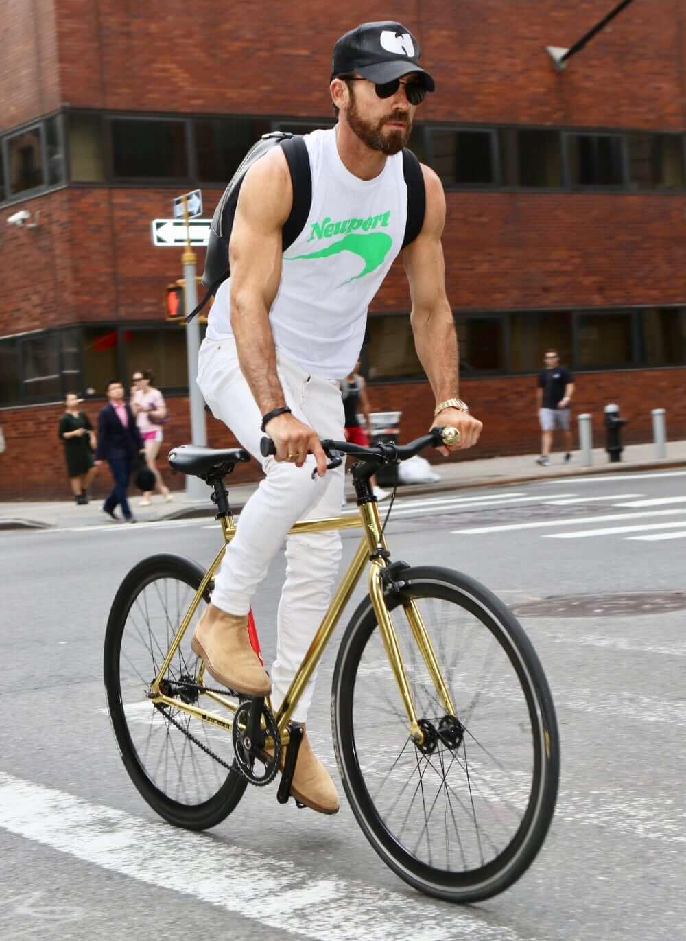 Justin Theroux biking in New York City